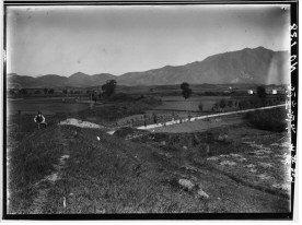 조선총독부의 제5차 사료조사 과정에서 촬영된 유리원판 사진으로 가운데 하얀 길은 당시에 탄금대로 난 신작로다. / 국립중앙박물관 제공